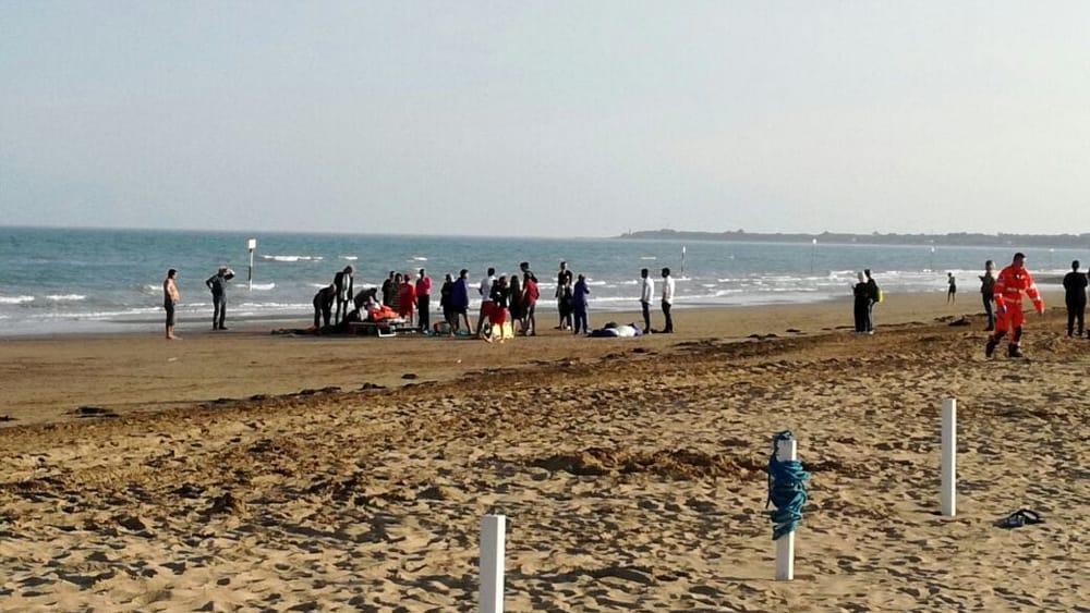 Matrimonio Spiaggia Lignano : Precipita sulla spiaggia di lignano sabbiadoro con il